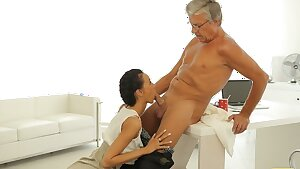 OLD4K. Awesome brunette catches the moment to seduce old dude